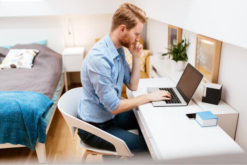 Selbstständige Person vor dem Laptop